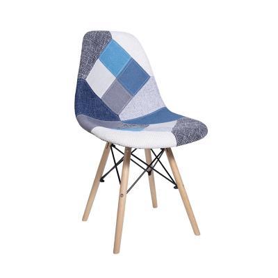 Silla Eames con retazos de tela