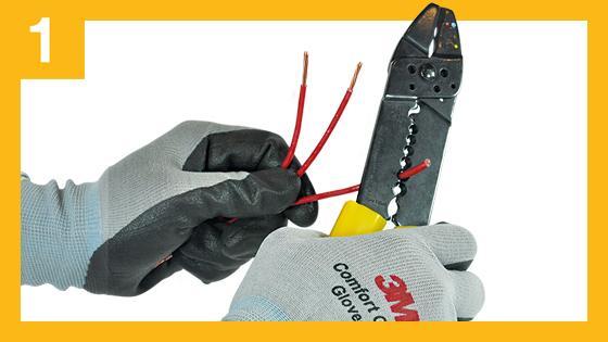 Retire la cubierta o chaqueta de los cables dejando los conductores a la vista. Una los conductores enroscándolos con un alicate o herramienta apropiada. Luego estáñelos con soldadura para conseguir una mejor conexión eléctrica.