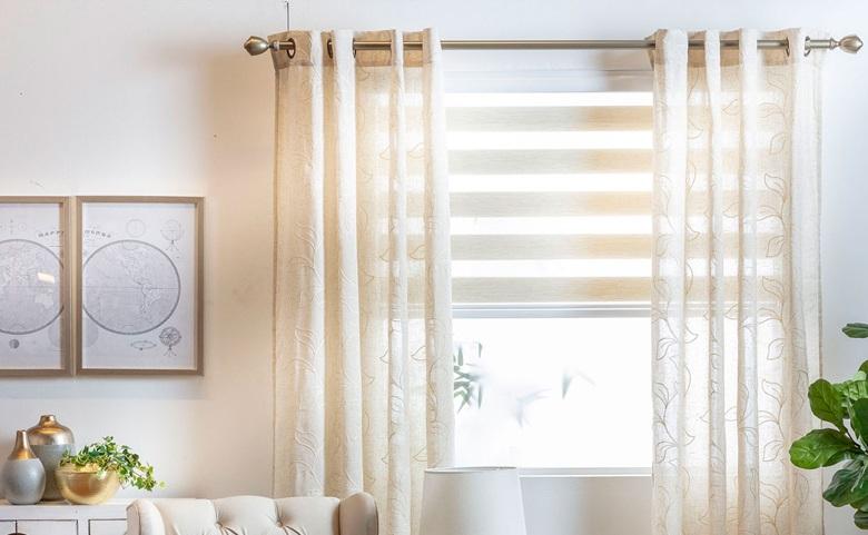 Cómo combinar cortinas roller con cortinas de tela